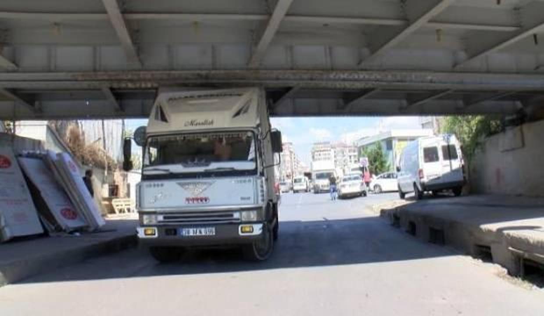 Fatih'te sürücü hesaplamadı, kamyonet köprü altında sıkıştı