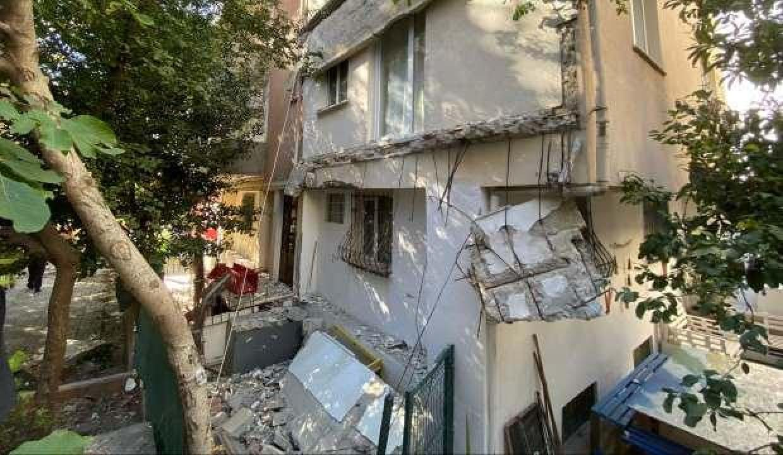 Kadıköy'de 25 yıllık binanın balkonları çöktü