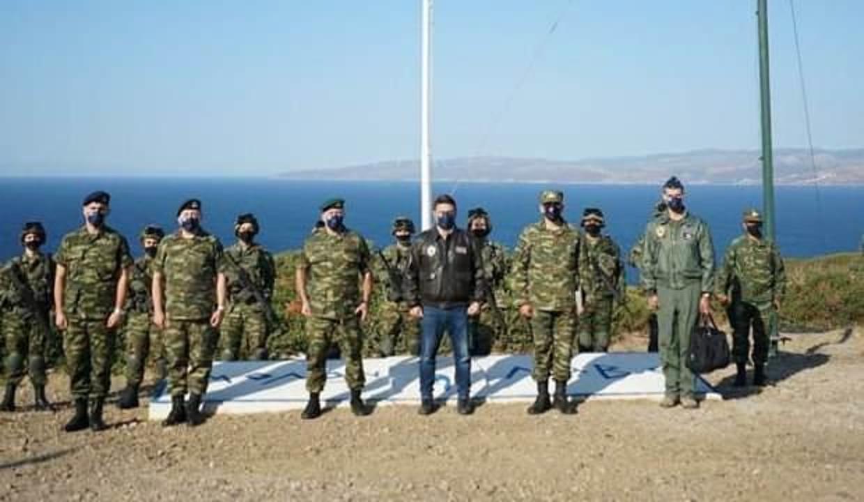 Yunan askerleri tatbikat sonrası İzmir'i arkalarına alarak poz verdi
