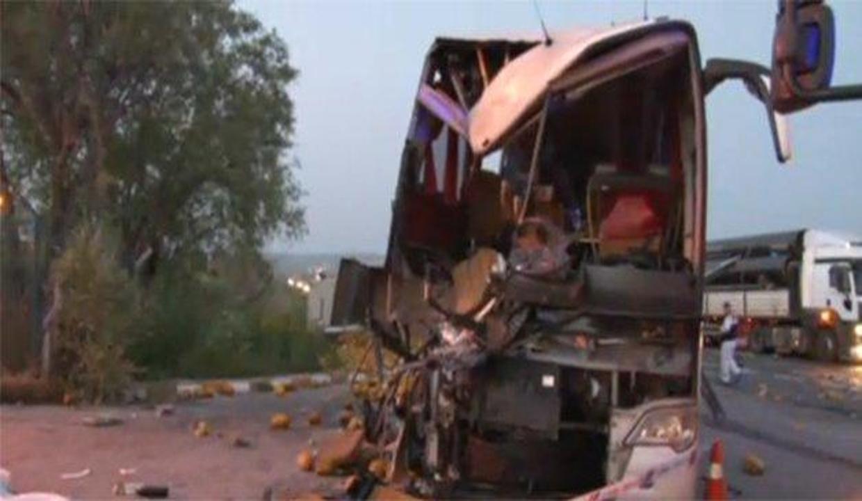 Yolcu otobüsüyle kamyon çarpıştı: 1 ölü 40 yaralı